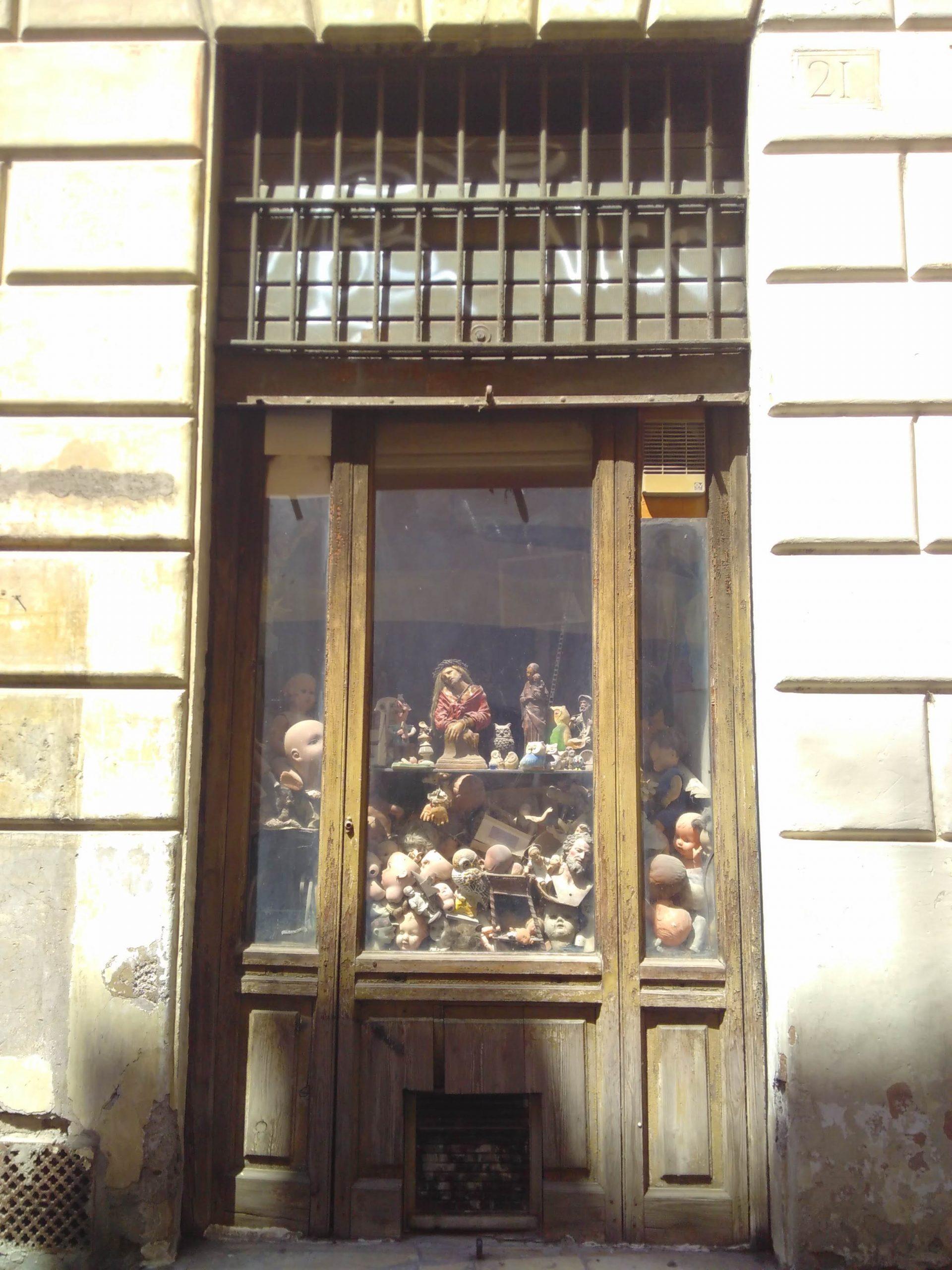 Antica bottega di riparazione bambole